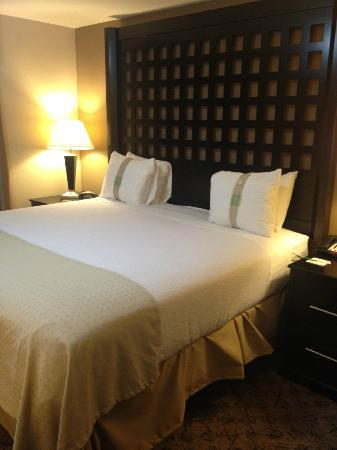 Holiday Inn Hotel & Suites Tulsa South: Lovely bed!