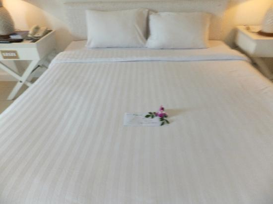 Andaman Seaview Hotel: The bed, beautifully prepared for our arrival