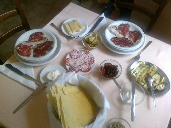 Agriturismo Calavrina: salumi. olive, grigliatine, formaggi ecc.