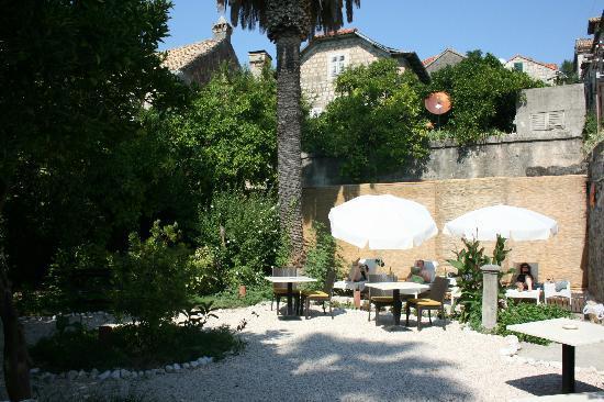 Hotel Supetar: hotel garden