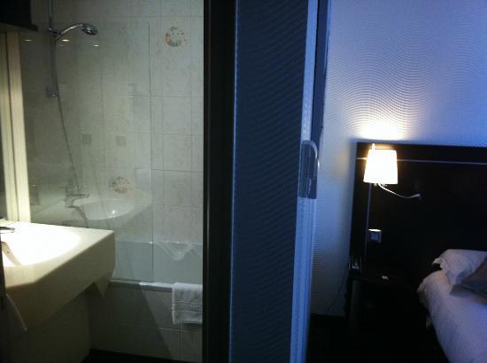 Brit Hotel Belfort Centre - Le Boreal : Bad mit Duschbadewanne und Toilette in separatem Raum