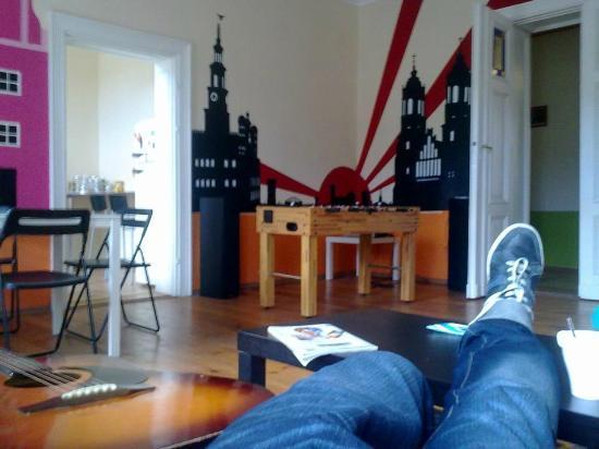 Poco Loco Hostel : Chilling en el salón del hostel :)