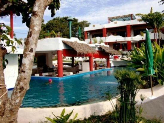 Mirabel Resort pet friendly hotel Pattaya: pool around lobby