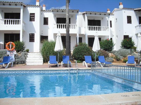 Apartamentos Binibeca Mar: vista desde el acceso principal (piscina y apartamentos)