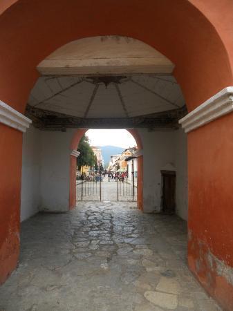 Templo del Carmen: Interior del arco y calle turística al fondo