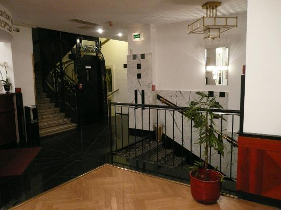 Hotel Carlton Opera: Entrance, showing art nouveau lift
