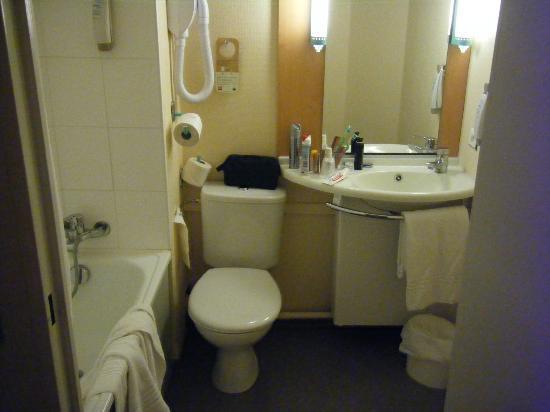 Ibis Arras Centre Les Places: bathroom