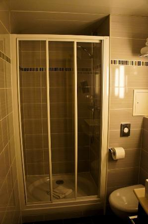 Hotel Saint-Honore : hot and cold shower