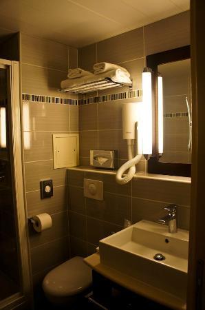 Hotel Saint-Honore: new,clean & modern bathroom