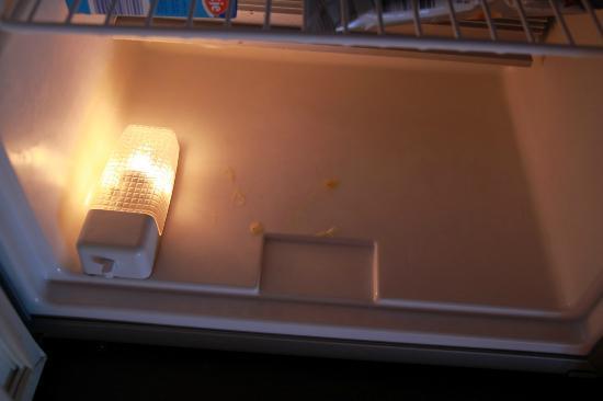 Hotel Mohren: Butterreste im Deckel des Kühlschrankes