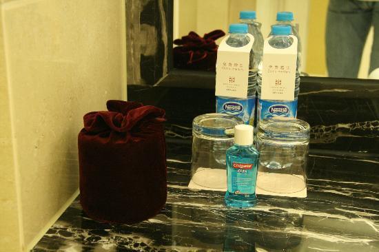 Grand Central Hotel Shanghai: 2 bottiglie di acqua in omaggio,collutorio e rotolo carta igienica nella sacca di velluto!