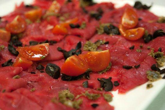 Maxela Genova 1 : Carpaccio di Fassone con olive e pomodori pachino