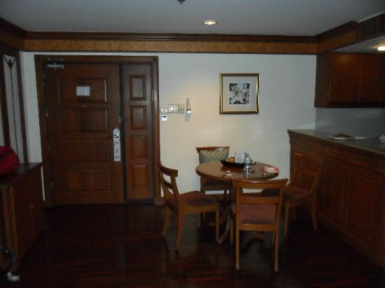Bliston Suwan Park View: Dining area in room and Enterance