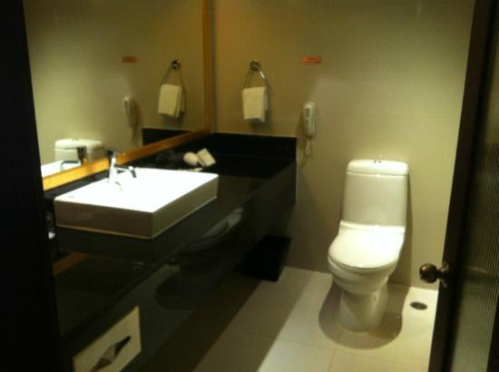 Eastin Hotel Makkasan: Bathroom with bathtub