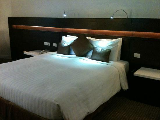 Century Park Hotel: comfy large bed
