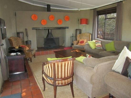 Kariega Game Reserve: Living room / Bar area