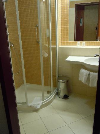 Benczur Hotel: Bathroom