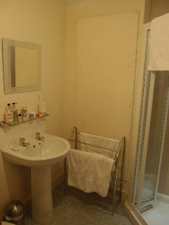 Bannerman Bed and Breakfast: A very clean and spacious bathroom