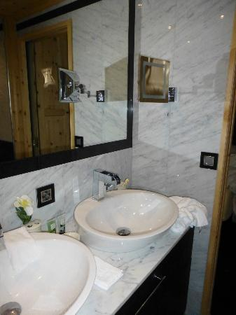 San Gian Hotel: Twin basins and neat shaving mirror.