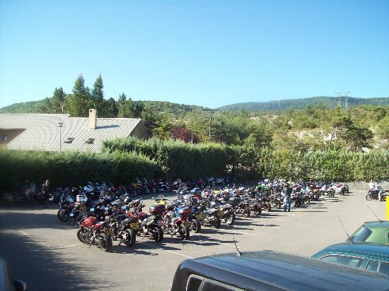 Club Serre-du-Villard : Un vaste parking ( 180 motos )