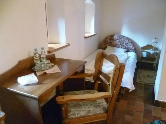 Hotel Zamek: Triple room: this is the single bed, looks better on photo than in realtiy