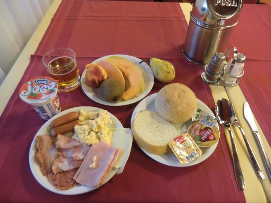 Bellevue Hotel: Generous buffet breakfast