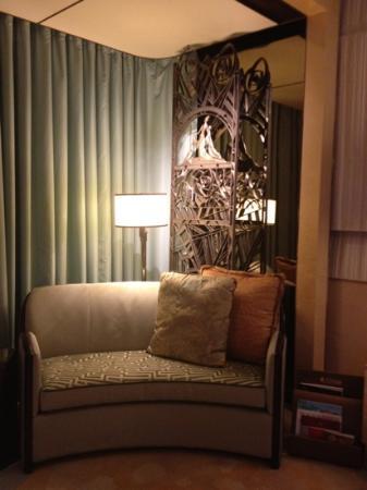 The Ritz-Carlton Shanghai, Pudong: small nice cozy velvet sofa