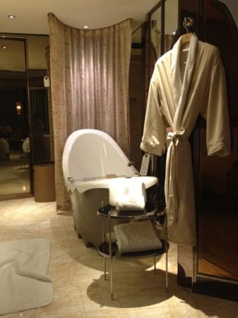 ‪‪The Ritz-Carlton Shanghai, Pudong‬: i love the bathrope!!!