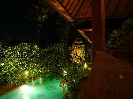 Taman Suci Villa Jimbaran : View from our balcony towards the pool by night