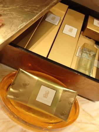 The Ritz-Carlton Shanghai, Pudong: i thought that gold paper wrap is chocolate.