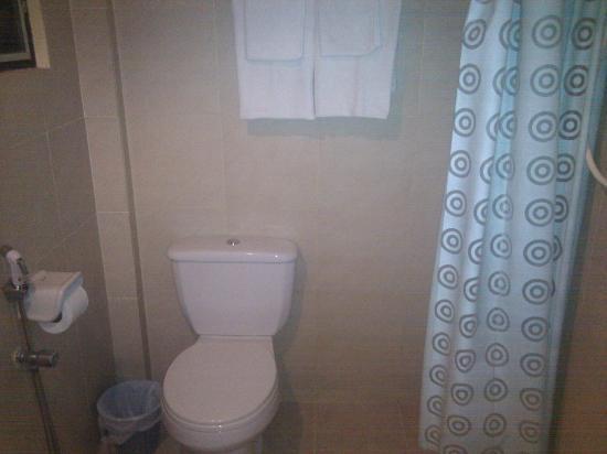 เดอะ รชตะ โฺฮเต็ล: Baño con cortina de ducha colocada de forma diferente