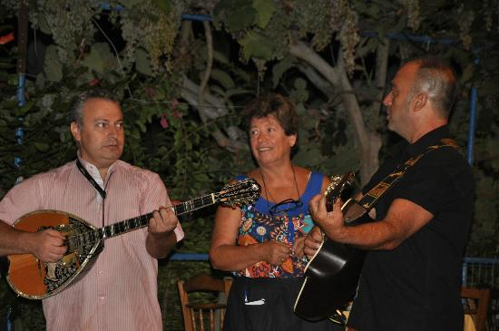 Sebastian's Family Taverna & Accommodation : Vanessa with the musicians