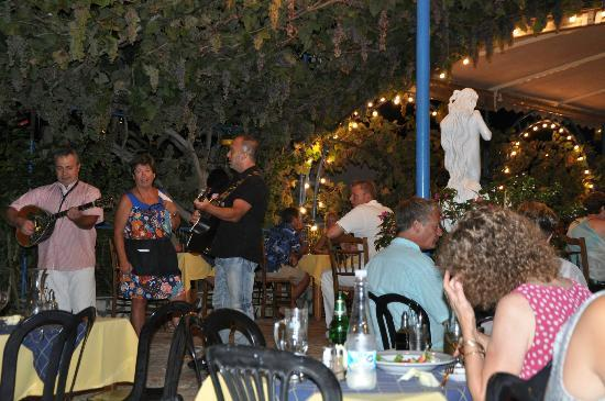 Sebastian's Family Taverna & Accommodation : Live Music