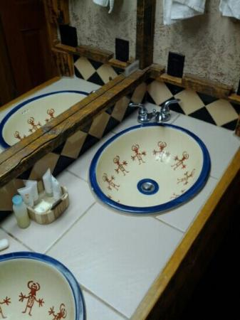 Chipeta Solar Springs Resort & Spa: Bath area in Mesa Verda Room.
