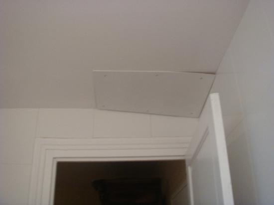 Hotel les Goelands: dessus porte sallede bain 102