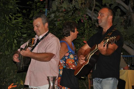 Sebastian's Family Taverna & Accommodation : Musicians