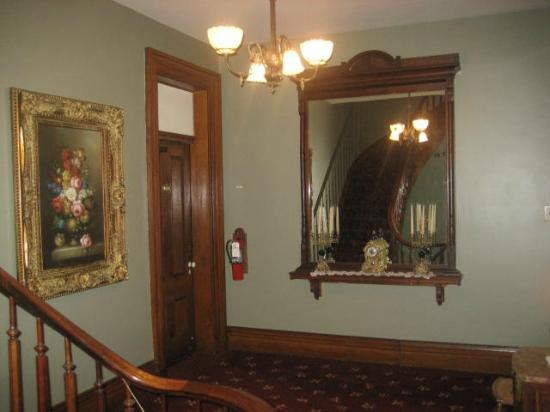 Victorian Mansion: Hallway to Lincoln Room