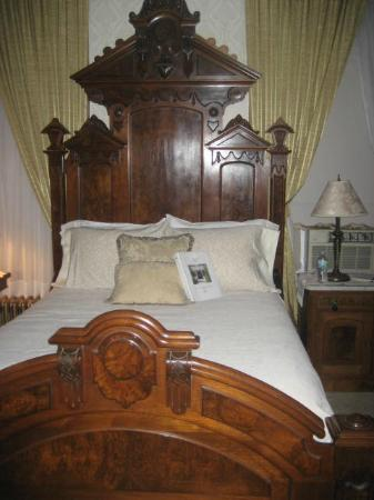 "Victorian Mansion: Stunning Lincoln Room bed perfect for someone under 5'5"" tall"