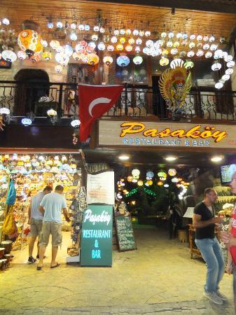 Pasakoy Bar & Restaurant: Entrance to restaurant/bar hidden amongst the many shops