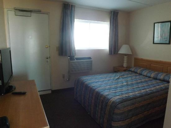 Ocean Holiday Motor Inn: Bedroom room 511