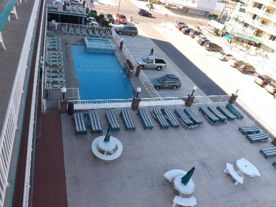 Ocean Holiday Motor Inn: Sundeck and pool during the day