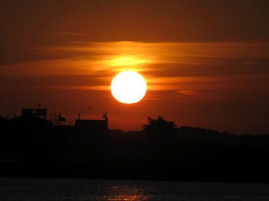 Lark Motel : Sunset on the bay
