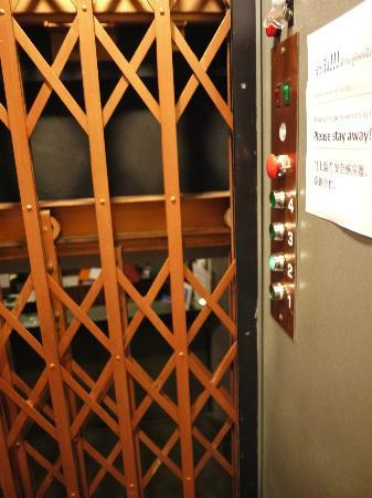 Jam Hostel Bangkok : Old style lift