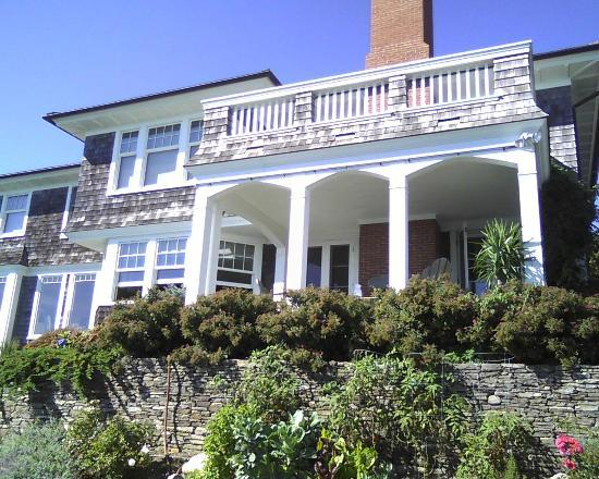 Front Picture of the Cliff Walk Cottage on the Sea