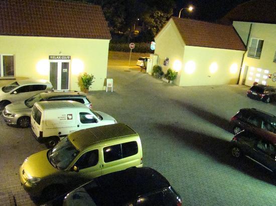 Dolce Villa Hotel: Widok z pokoju na 1 piętrze nocą