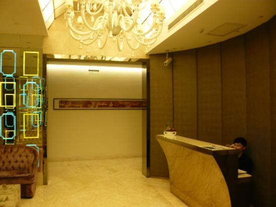 Dorsett Shanghai: bellboy sits behind high counter