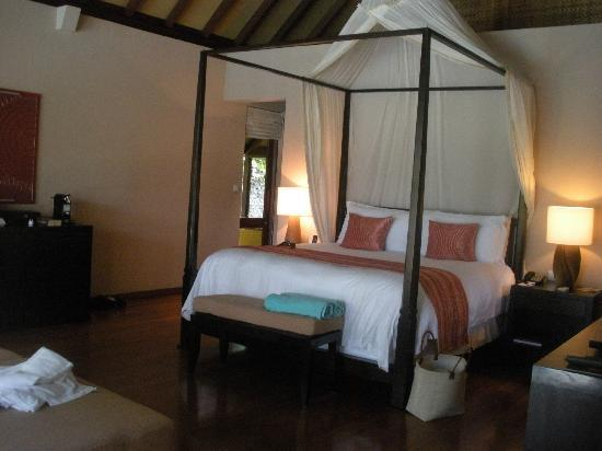 Four Seasons Resort Maldives at Landaa Giraavaru: The canopy bed