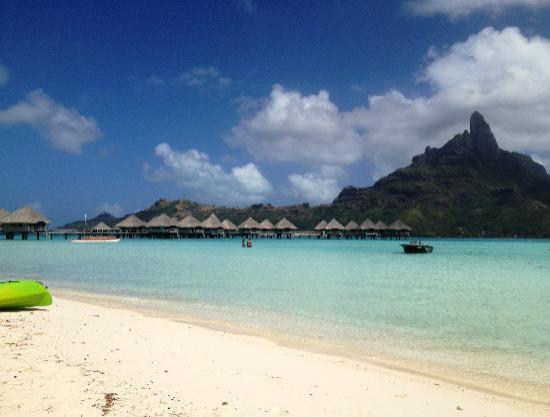 Le Meridien Bora Bora: Vista dalla spiaggia sul monte Otemanu