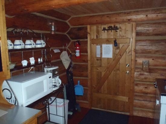 Caribou Crossing Cabins: Inside the GRIZZLY CABIN