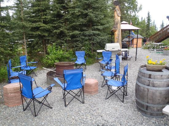 Caribou Crossing Cabins: Firepit waiting for evening visitors